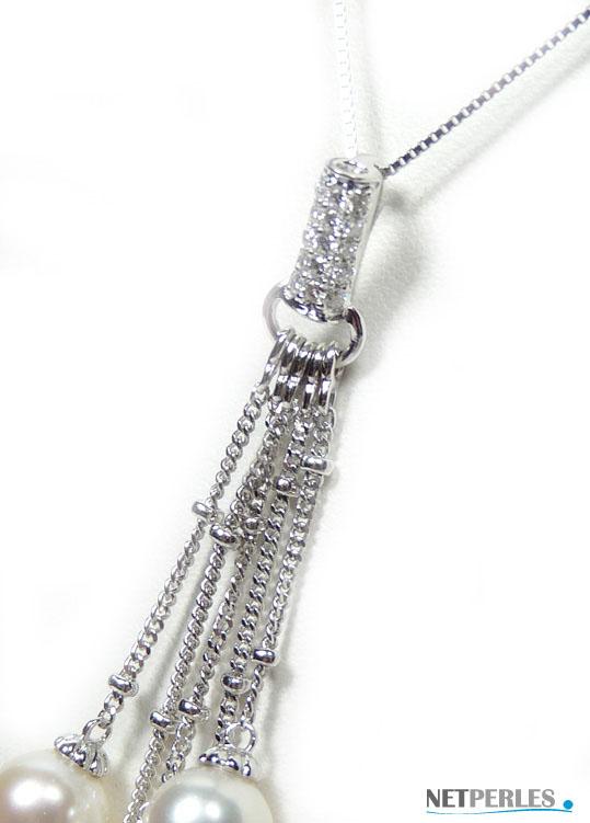 Gros plan sur pendentif en Or gris 18 k avec perles de culture et diamants
