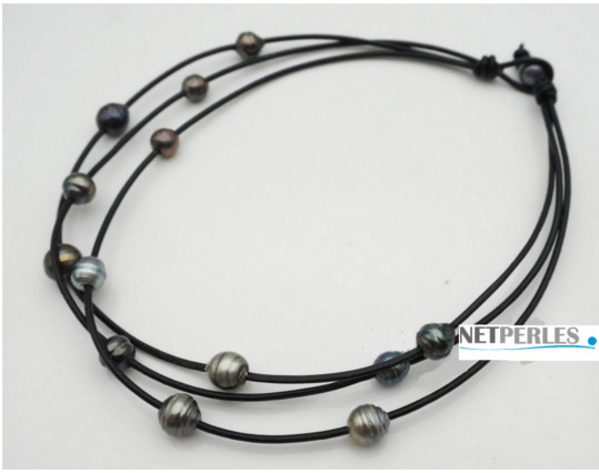 Collier de 13 perles baroques de tahiti sur 3 liens de cuir enlacés et une perle pour fermer le collier