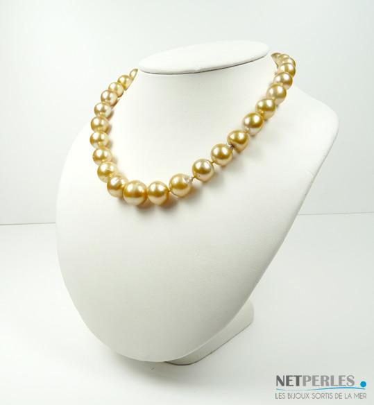 Collier de perles dorées de gros diametres