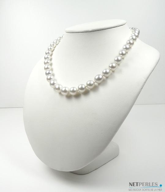 Collier de perles de culture d'Australie legement baroque, reflets argentes longueur 45 cm diametre 8,9 à 11,2 mm