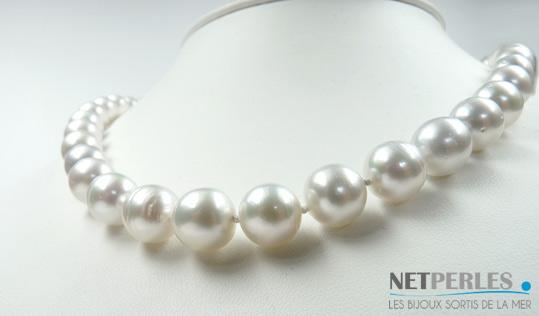 Gros plan sur perles de culture d'australie blanches argentes, gros diametres