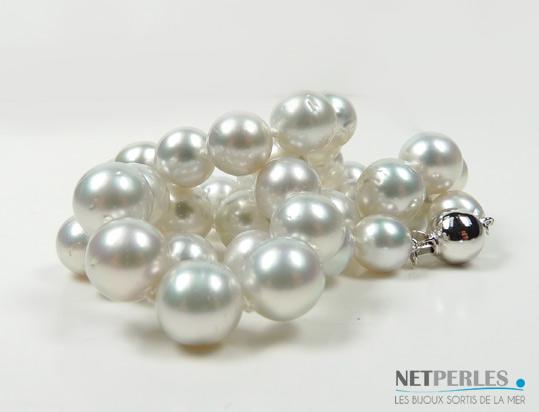 Collier de perles de culture d'Australie blanches aux reflets argentes.