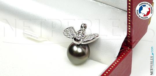 Pendentif en or et diamants, forme d'abeille posée sur une perle baroque de tahiti