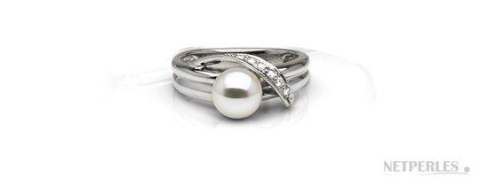 Bague en Argent decorée de diamants avec une perle de culture d'Akoya