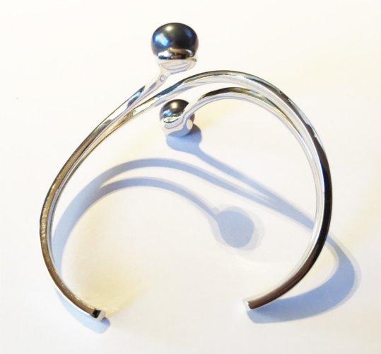 Bracelet Argent rhodié  et deux perles noires  d'eau douce de qualité AA+