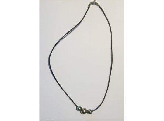 Collier sur cordon de cuir avec trois perles de Tahiti