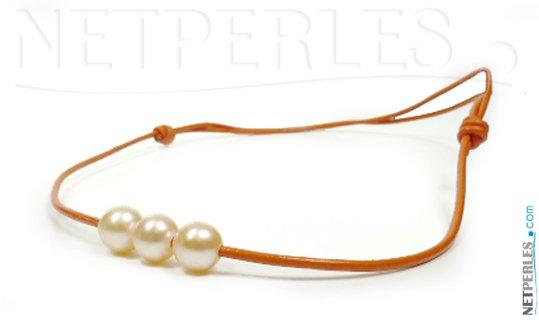 Cordon de cuir avec trois perles blanches d'eau douce