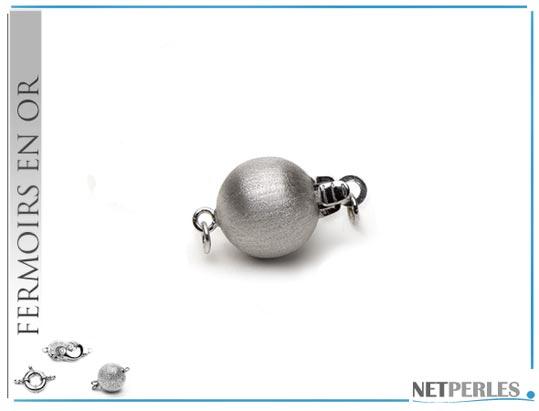Fermoir boule en Or jaune mat 14 carats de 8 mm, fermoir de sécurité, parfaitement adapté aux colliers et bracelets de perles à partir de 7,5 mm. Il donne une harmonie au bijou tout en assurant sa sécurité.