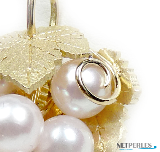 gros plan sur bijou en or et perles blanches d'akoya