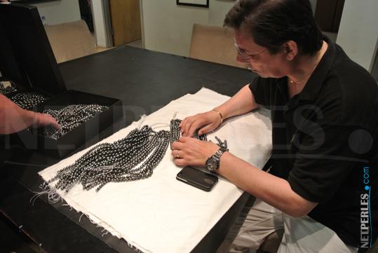 Des heures passées à faire les bons choix de perles pour nos clients