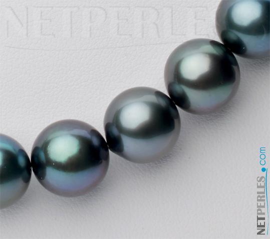Gros plan sur des perles noires de Tahiti d'un rang qualite AAA