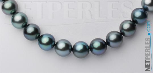 Plan rapproché de perles sur l'avant du collier de perles de tahiti
