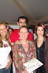 L'une des gagnantes est heureuse, elle a bien répondu aux questions posées aux auditeurs de Cannes Radio, elle a gagner le droit de participer au tirage au sort pour les lots de bijoux de perles à recevoir. Cette charmante dame est heureuse d'avoir gagné.