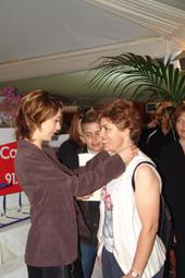 Véronique Mounier place le collier de perles offert par NETPERLES.com
