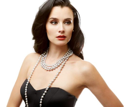 femme portant un collier de type sautoir orné de perles de culture baroques