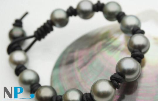 Bracelet de perles de culture de Tahiti baroques de 9 à 11 mm montées sur lien de cuir.