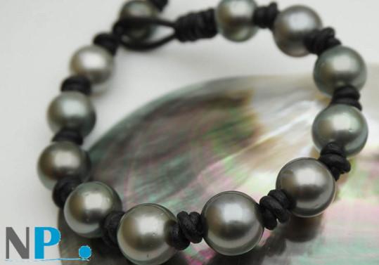 Bracelet de perles de culture de Tahiti presque rondes de 9 à 11 mm montées sur lien de cuir.