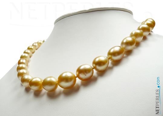 Contre plongée sur collier de perles dorees d'australie, forme olive, longueur 45 cm