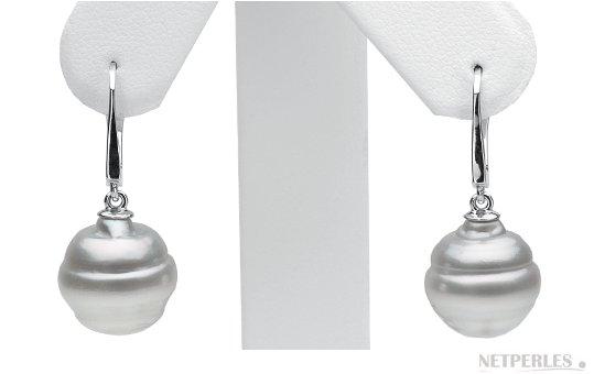 En situation paire de boucles d'oreilles de perles d'Australie blanches argentés aux formes baroques à goutte