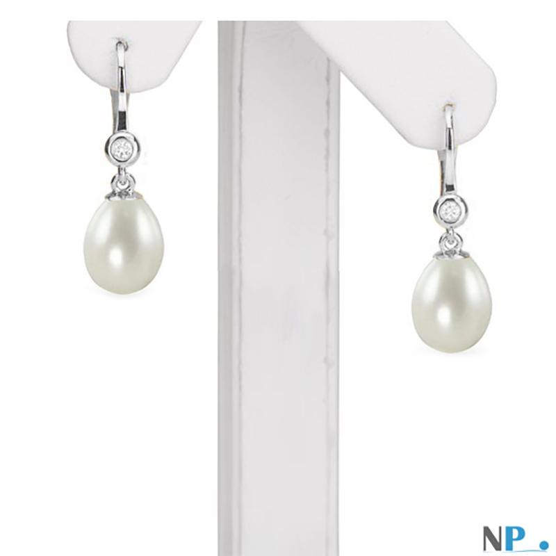 Paire de dormeuses en Or  gris 18 carats avec perles d'eau douce forme de goutte, un grand chic