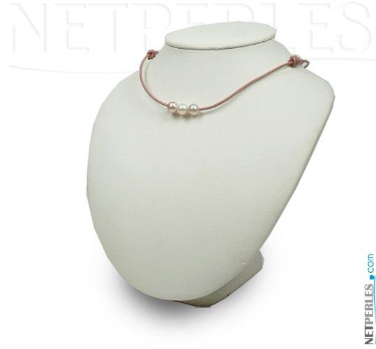 Cordon de cuir travesant trois perles d'eau douce rondes