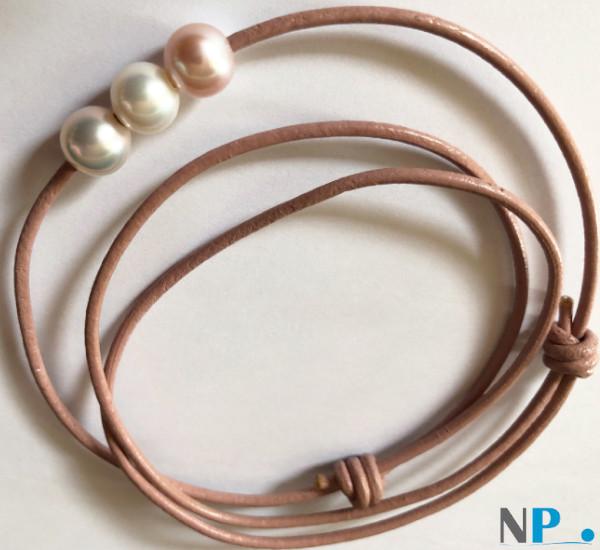 Cordon de cuir avec trois perles d'eau douce