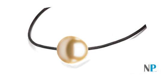 cordon cuir traversant une perle des Philippines en forme de goutte