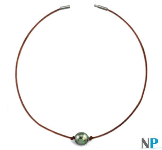 Collana in cuoio color cioccolato e perla barocca di Tahiti di color verde mandorla da 10-11 mm
