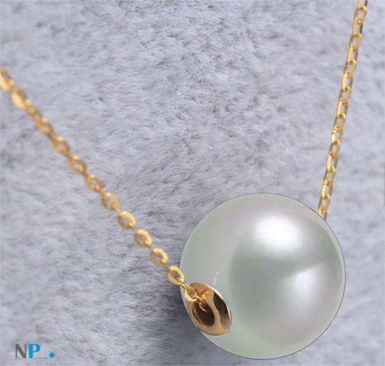 Chaine en or jaune ou or gris 18k traversant une perle d'Akoya blanche