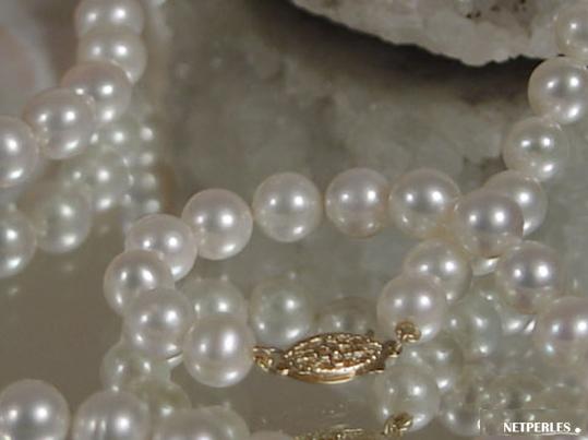 Gros plan sur des perles d'eau douce blanches qualité AA+ et AAA