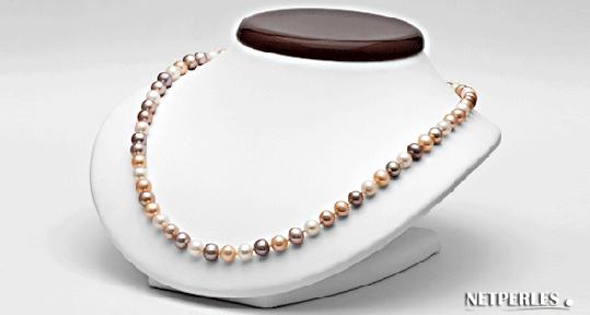 collier de perles de culture d'eau douce sur présentoir