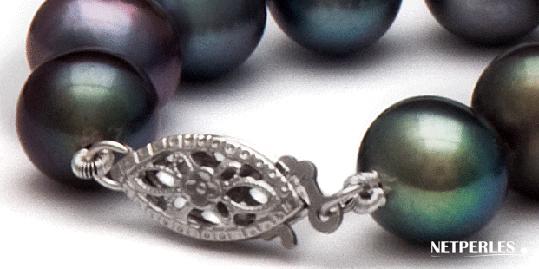 gros plan sur fermoir de sécurité sur collier de perles noires de netperles