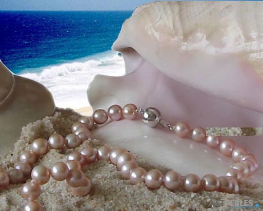 gros plan sur des perles d'eau douce montées sur un très long colllier de 114 cm
