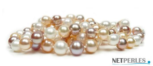 Parure de perles de culture composée de 3 bijoux, un collier, un bracelet une paire de boucles d'oreilles.
