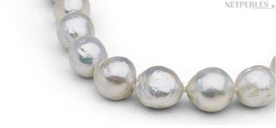 Gros plan sur des perles de culture d'eau douce baroques Ripple, blanches proposées par NETPERLES