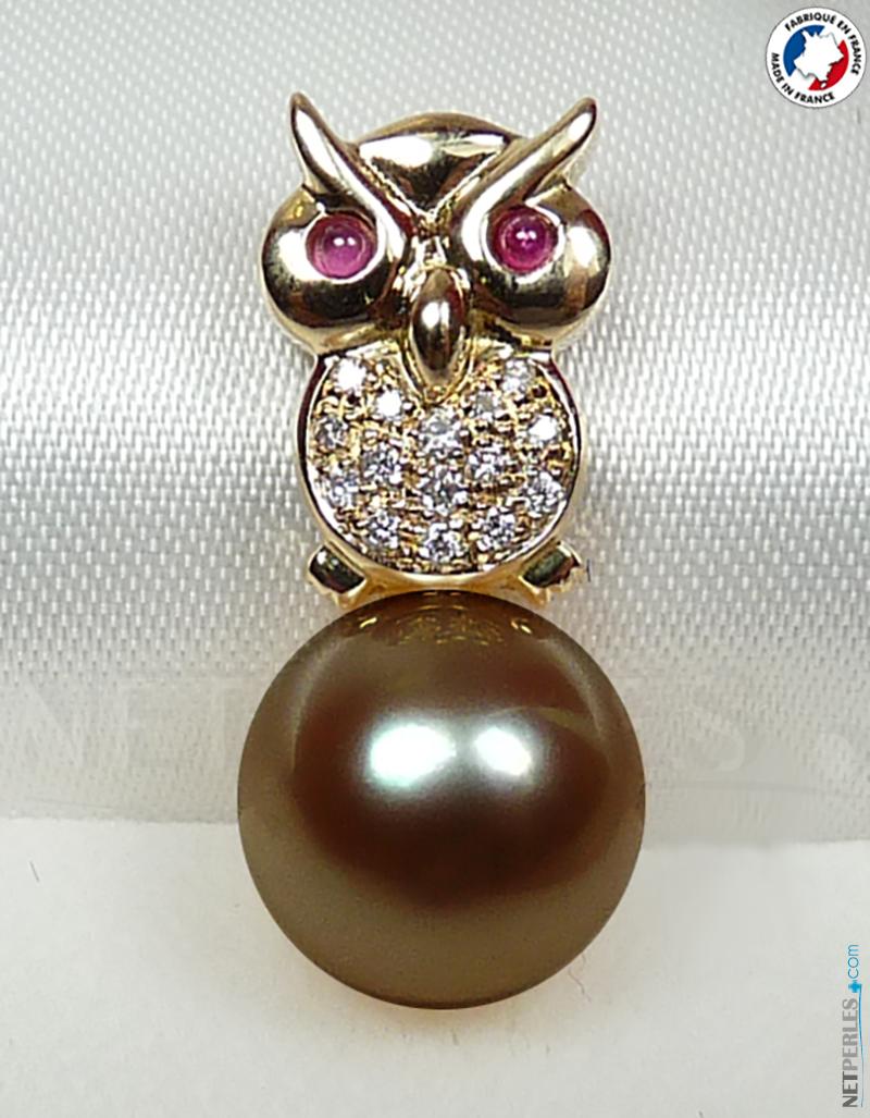 Bijou en forme de hibou en or 18 carats avec des pierres serties à grain pour les diamants et les rubis.