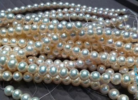 Les perles sont triées, classées, appairée, pour faire des bijoux de perles parfaitement équilibrés