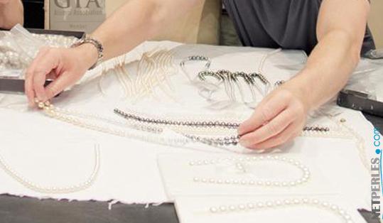 L'analyse, l'observation, la vérification des bijoux avant qu'ils soient expédiés en route vers chez vous.