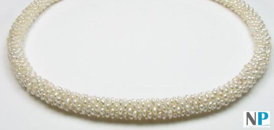 Collana con perline intrecciate bianche