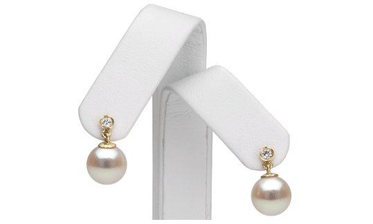 Vue des boucles d'oreilles avec perles de cultures d'Akoya et diamants