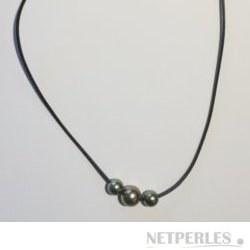Un Cordon de Cuir avec 3 perles de Tahiti rondes 8-9 mm et 10-11 mm
