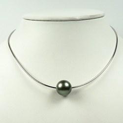 Câble en or 18K épais 1 mm 42 cm traversant une perle de Tahiti