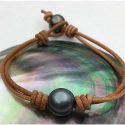 Bracelet ou collier en cuir avec une perle de Tahiti presque ronde 11-12 mm AA entre 2 noeuds