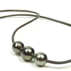 Cordon de cuir avec trois perles de culture de Tahiti Baroques