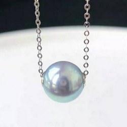 Perle Bleue Akoya 8-9 mm AAA avec cercles en Or Gris 18k sur chaine de 45 cm