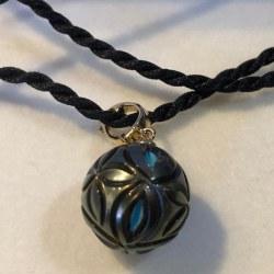 Pendentif Or 14k Perle de Tahiti sculptée avec nucleon Turquoise 13.6 mm AAA